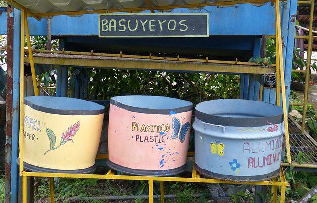 Drei selbstgebaute Recyclingbehälter