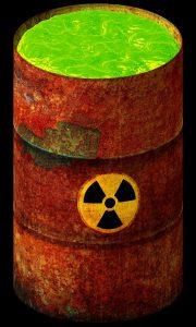 Eine Tonne mit dem Radioaktivsymbol vorne drauf und innen drinnen grüner Atommüll