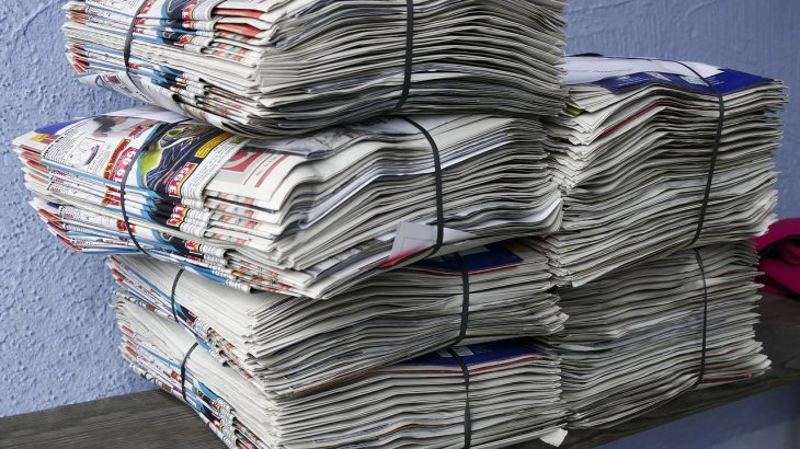 Gestapelte Altpapier Zeitungen