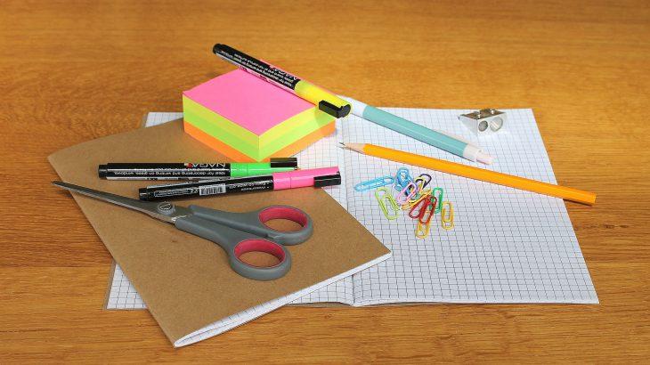 Schulhefte und Bastelzeugs auf dem Tisch liegend