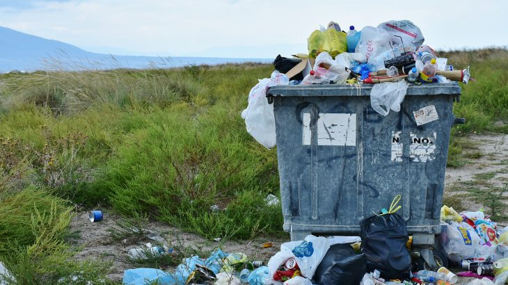 Ein überquillender Müllcontainer