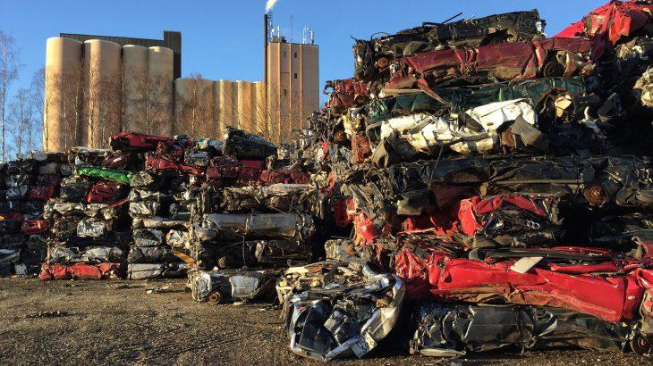 Ein großer Haufen mit verschrotteten Autos