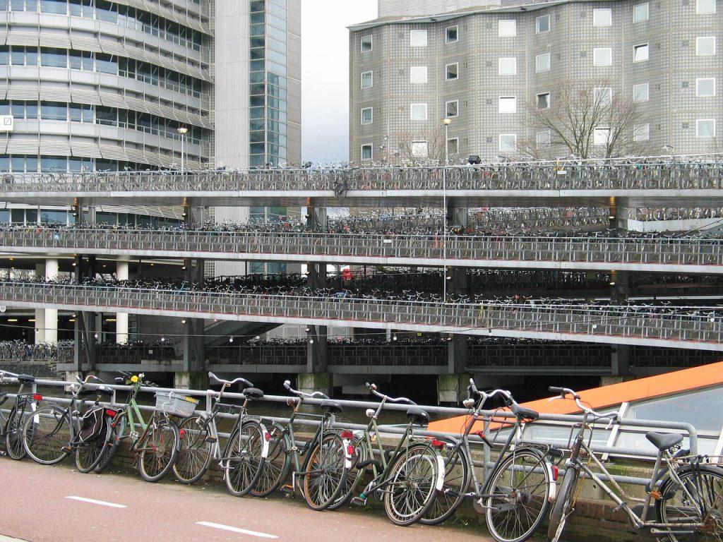 In Amsterdam gehört das Fahrrad eher zum Stadtbild als das Auto