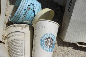 Coffee2Go Becher die auf den Boden geworfen wurden und schon langsam gammeln.