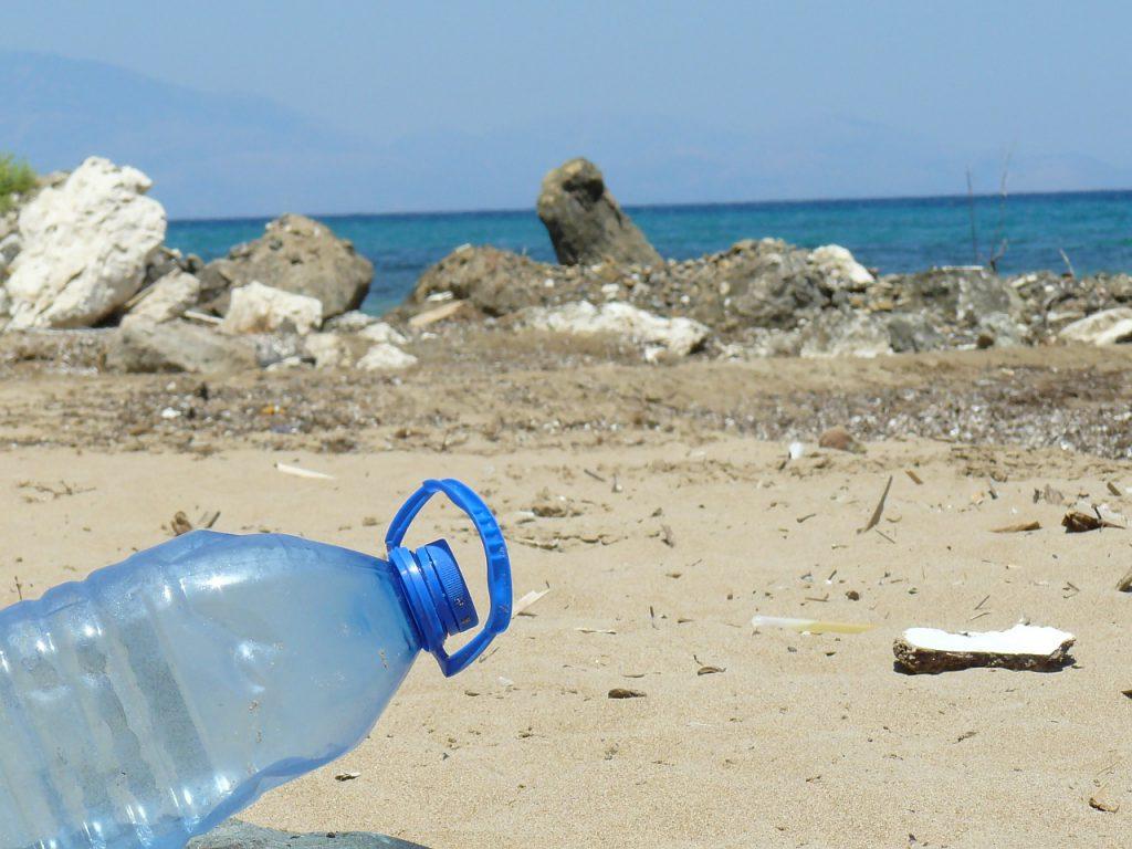 Eine Plastikflasche die am Strand weggeworfen wurde