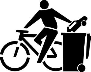 Ein Fahrradfahrer der ein Auto in eine Mülltonne wirft