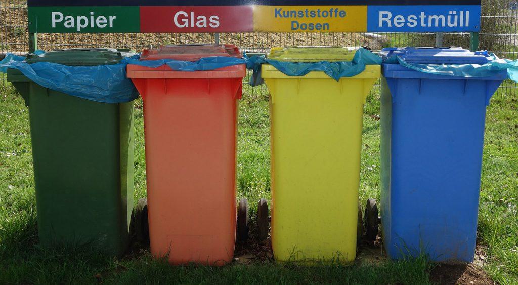 Verschiedenfarbige Mülltonnen zur Mülltrennung