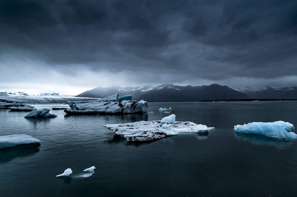 Abgetrennte Eisberge und dunkle Wolken am Himmel