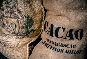 Zwei Säcke in denen Kakaobohnen verstaut sind