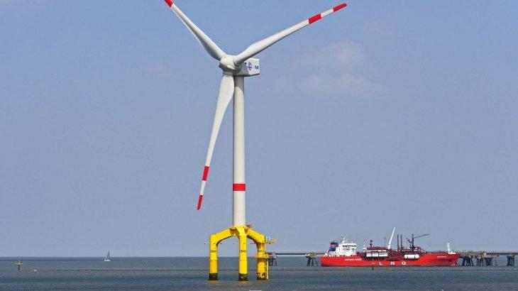 Ein Offshore Windkraftwerk das im Meer steht