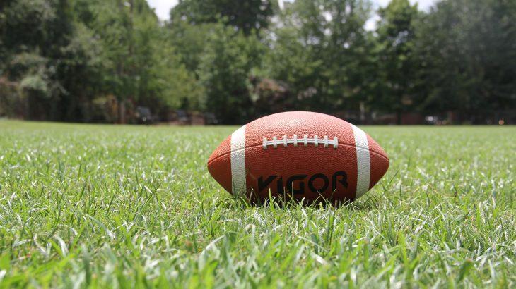 Ein Football, der auf einem Rasen liegt