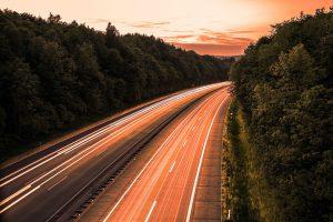 Eine Autobahn im Wald in der Nachtdämmerung