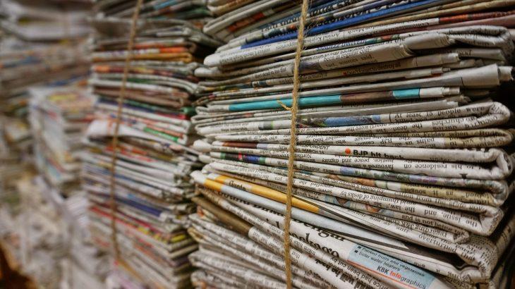 Ein Stapel alter Werbezeitschriften