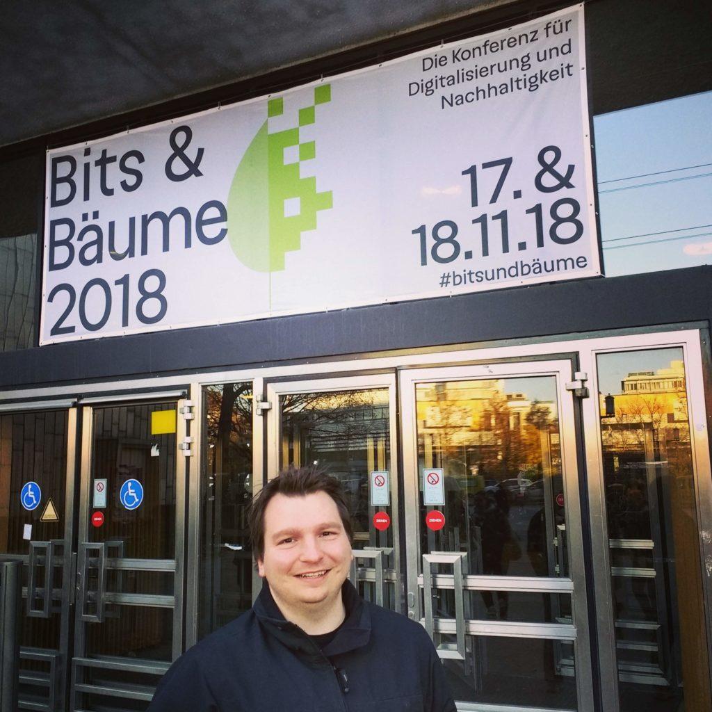 Ich vor dem Eingang der Bits & Bäume Konferenz