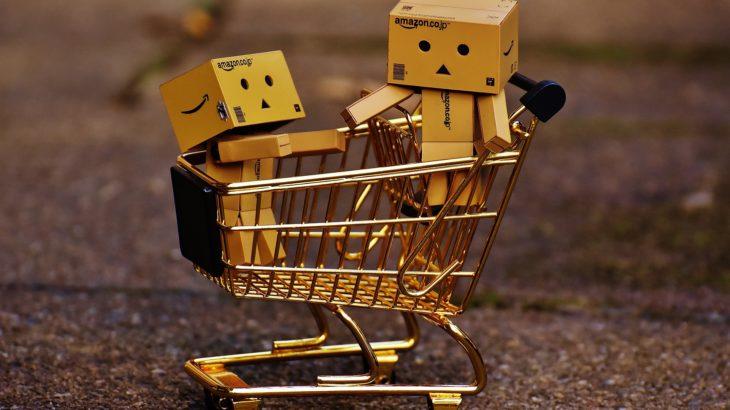 Einkaufswagen mit Pappfiguren darin