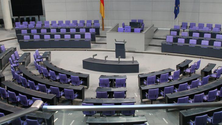 Der Bundestag mit leeren Sitzen