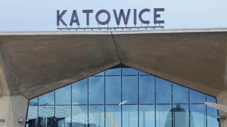 Ein Schriftzug der Stadt Katowice in Polen auf einer U-Bahn-Station