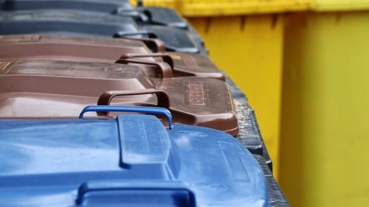 Mülltonnen unterschiedlicher Farben zum Recyceln