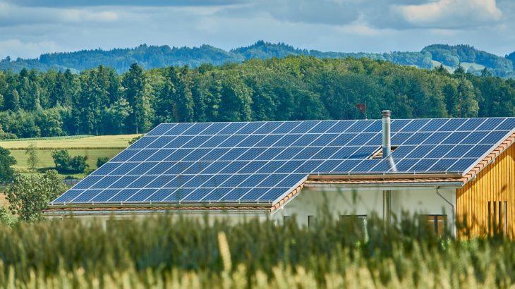 Zeigt ein Solardach als Zeichen für Bürgergenossenschaft bei der Energiewende