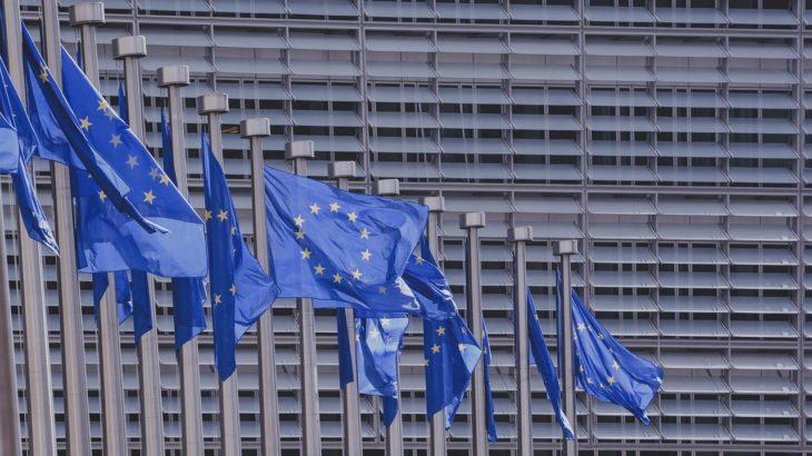 Die Flaggen vor dem Europaparlament