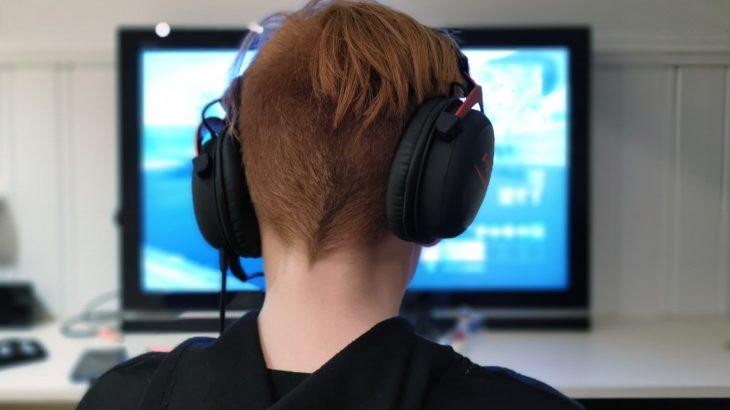 Junge (Youtuber) sitzt vor dem PC