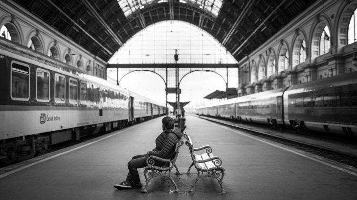 Wartender Passagier auf dem Bahnhof