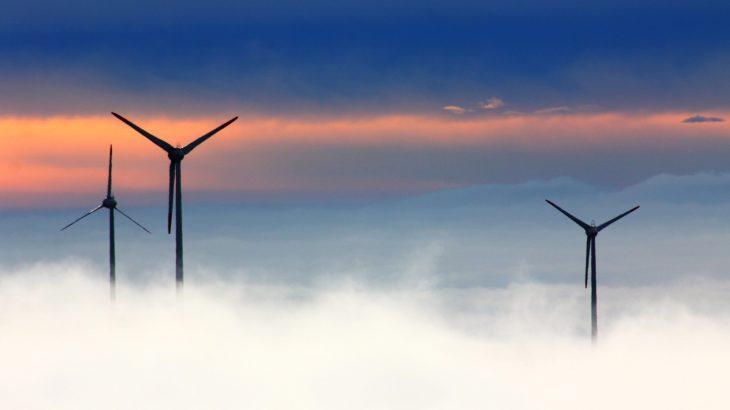 Windkraftanlagen im Nebel