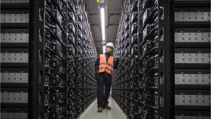 Ein Mitarbeiter steht in einem Batteriespeicher-Kraftwerk