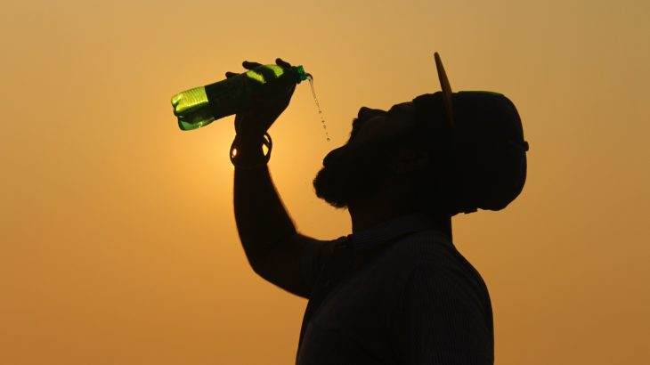 Ein Mann trinkt Wasser aus einer Wasserflasche