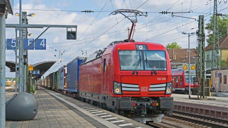 Güterzug mit Strom Oberleitung