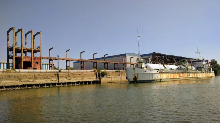 Ein Flüssiggas-Tanker-Schiff an einem LPG Terminal