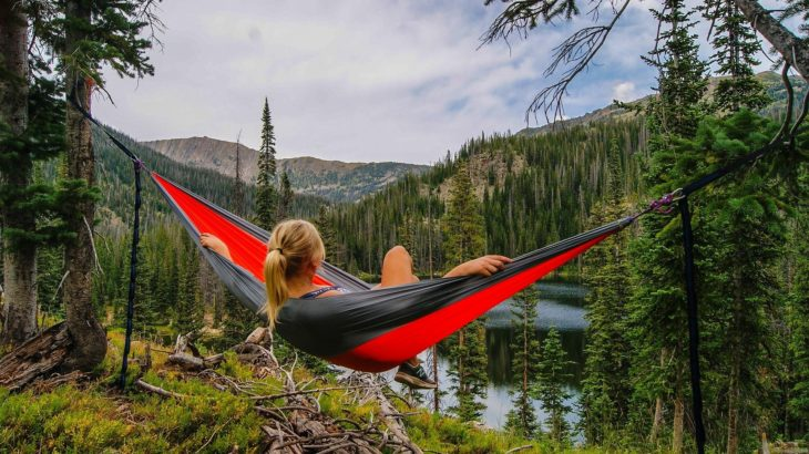 Frau Relaxed in der Natur in einer Hängematte