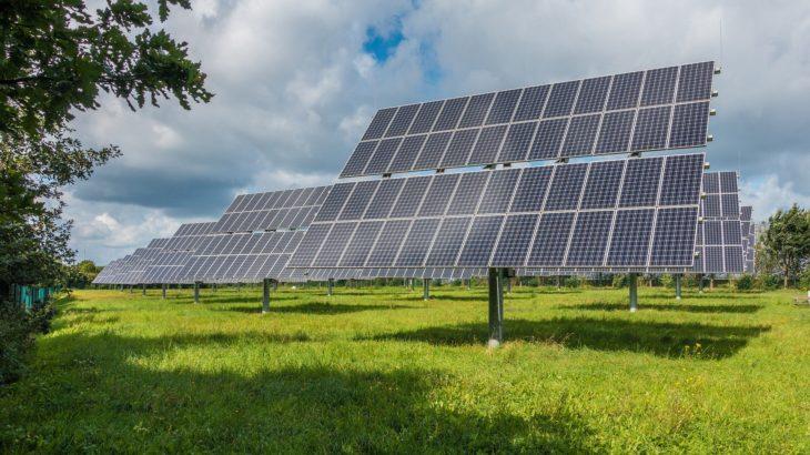 Solarzellen auf einer Wiese