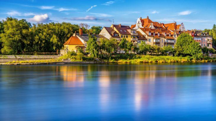 Regensburg - Bäume und Häuser in der Donauinsel