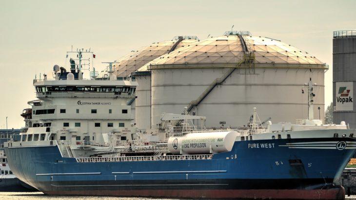 Öltanker vor einer Öl-Lagerstätte