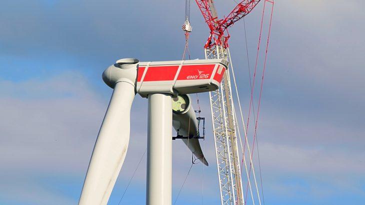 Windkraftwerk und ein Kran