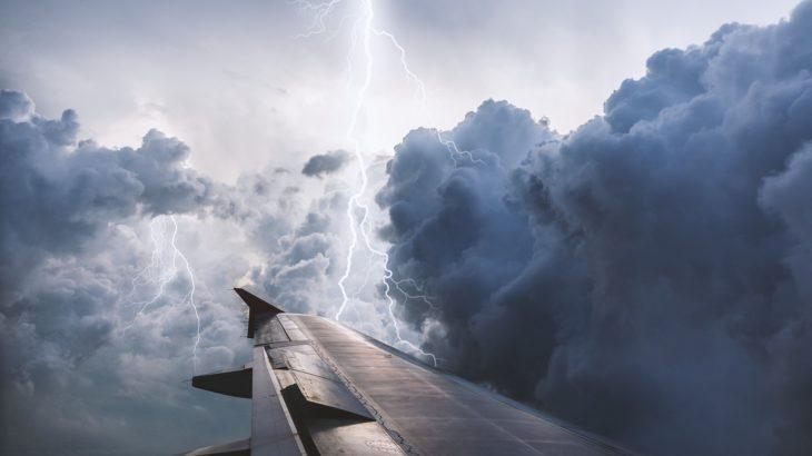 Flugzeug fliegt im Gewitter