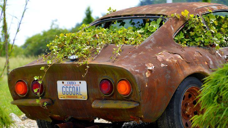 Altes, rostiges Auto
