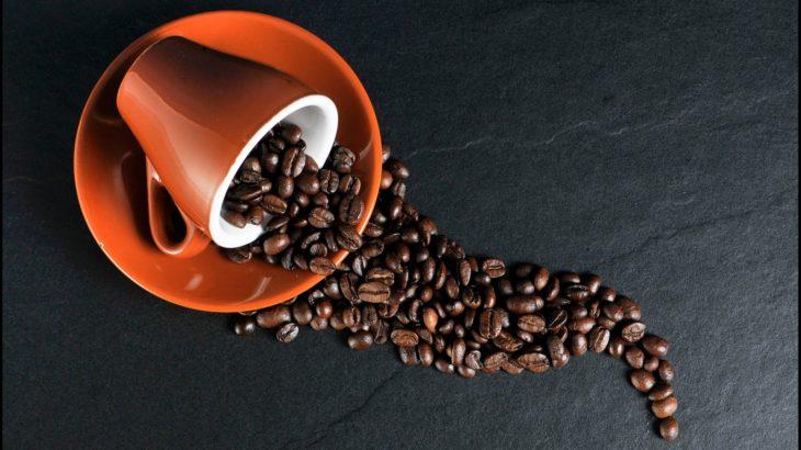Kaffeebohnen in der Kaffeetasse