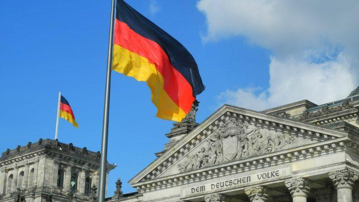 Bundestag außen mit deutscher Fahne