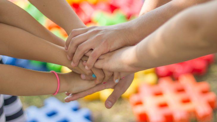 Hände übereinander, die sich helfen