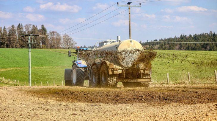 Ein Traktor, der Gülle versprüht