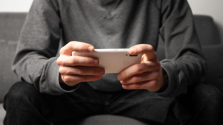 Person spielt mit Smartphone
